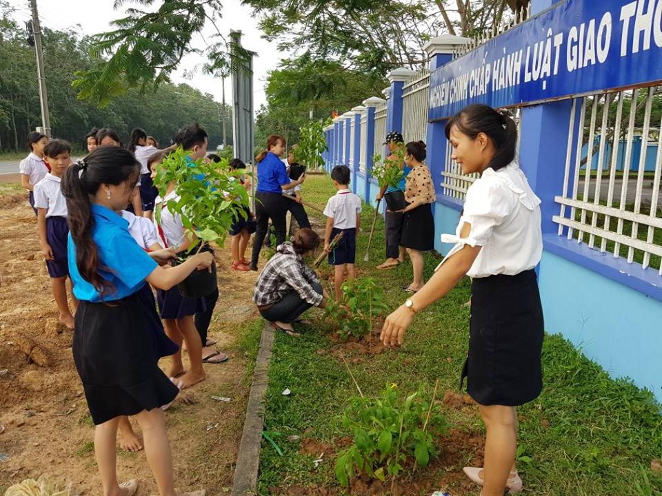 Học sinh-Giáo viên ra quân thực hiện phong trào xanh-sạch-đẹp